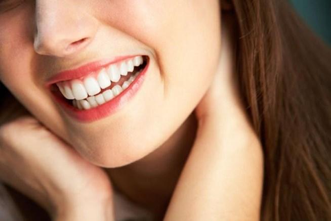 Οι 4 top τροφές που μας κιτρινίζουν τα δόντια