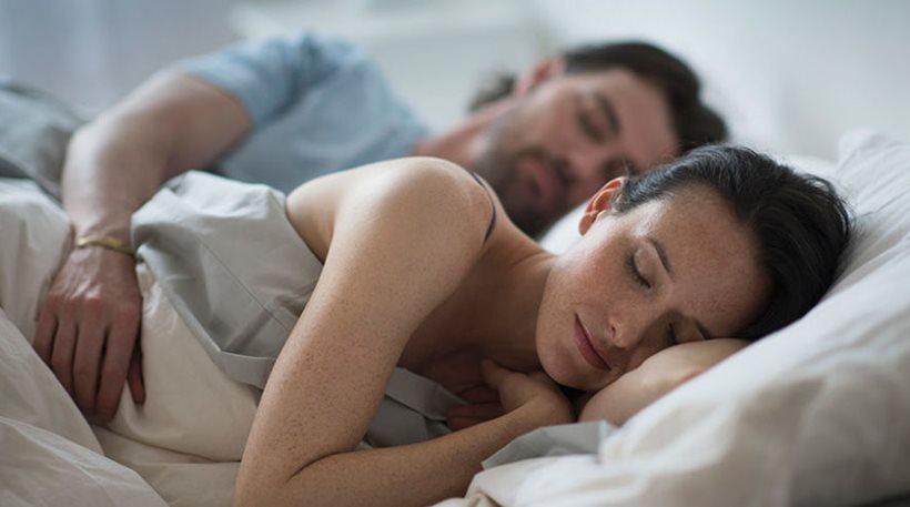 Tι αποκαλύπτει η στάση που κοιμάστε για την ερωτική σας ζωή;
