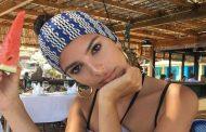 Η Emily Ratajkowski πήγε παραλία και έβγαλε selfie τα οπίσθιά της