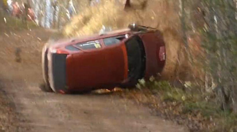 Τρομακτικό βίντεο: Αγωνιστικό αυτοκίνητο κάνει πέντε τούμπες και καταλήγει σε ποτάμι